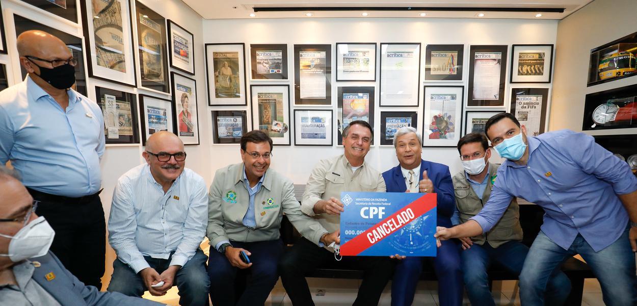 Em Manaus, Bolsonaro posa em foto com 'CPF cancelado'