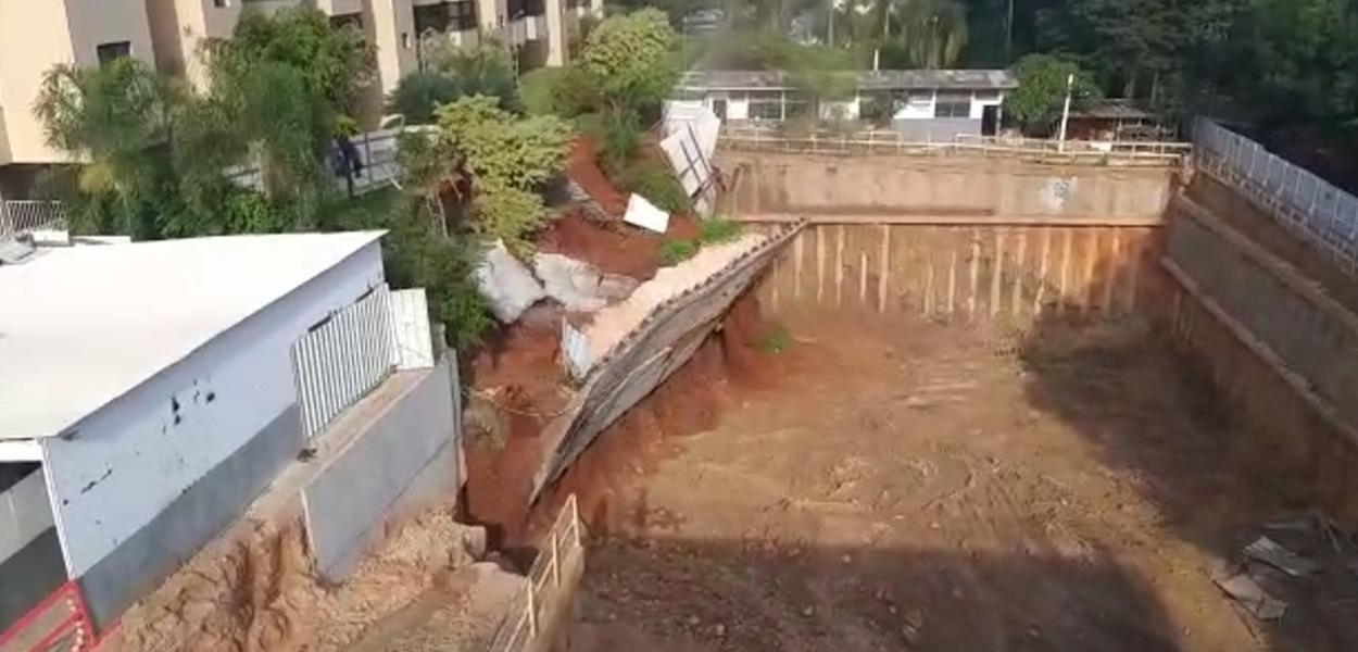 Muro desaba ao lado de prédio em Brasília