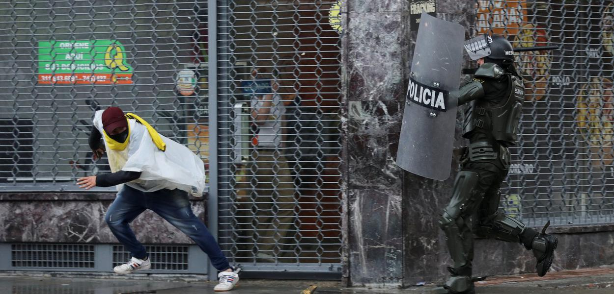 Manifestante é agredido em Bogotá