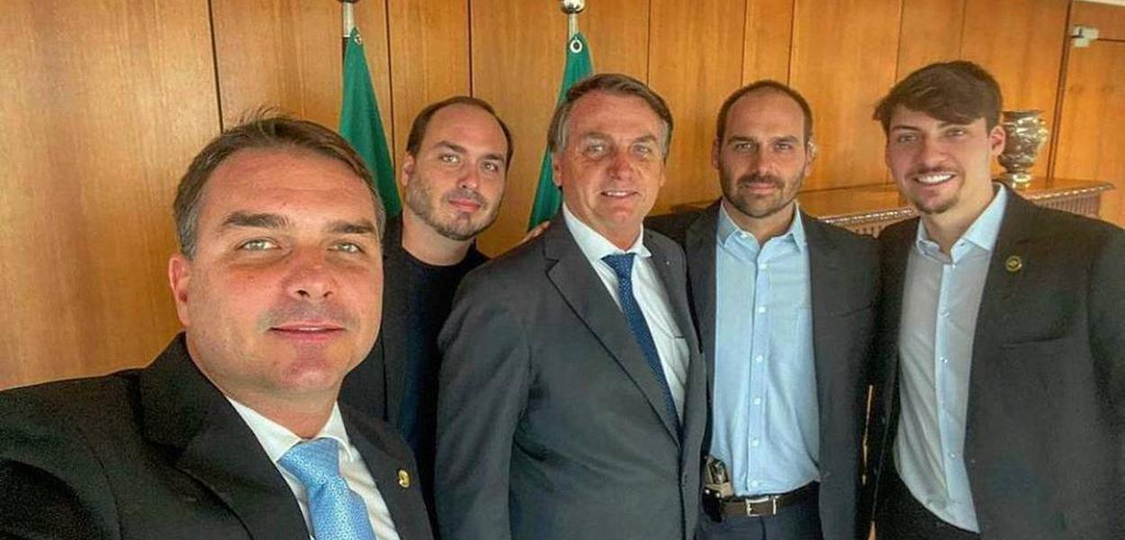 Flávio, Carlos, Jair, Eduardo (armado) e Renan Bolsonaro