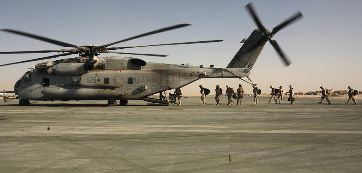 Fuzileiros navais dos EUA em Camp Bastion, na província de Helmand, Afeganistão.