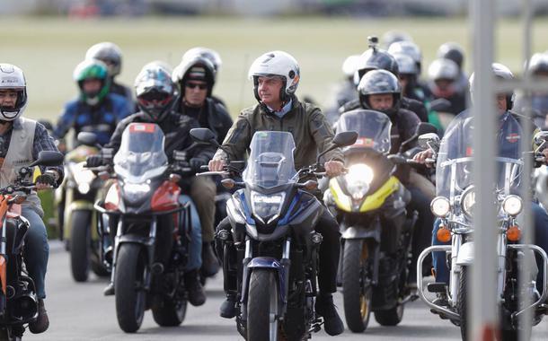 Bolsonaro faz passeio de moto pelas ruas de Brasília no Dia das Mães