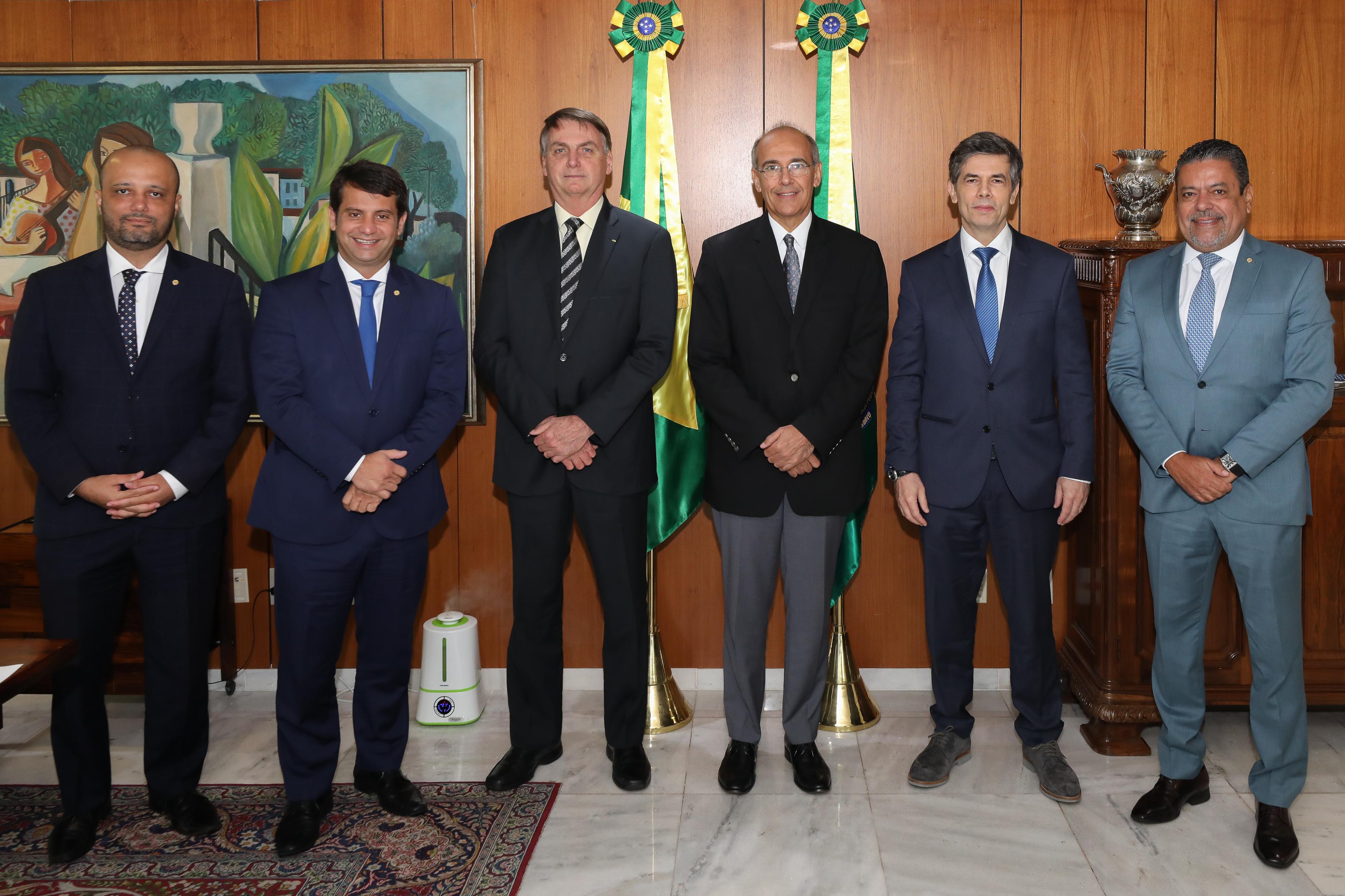 Mauro Ribeiro, presidente do CFM, entre Bolsonaro e Teich (foto: Marcos Corrêa/PR)