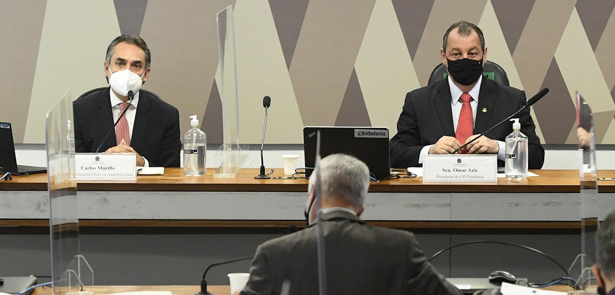 Gerente-geral da Pfizer na América Latina, Carlos Murillo, ao lado do presidente da CPI da Covid, Omar Aziz (PSD-AM)
