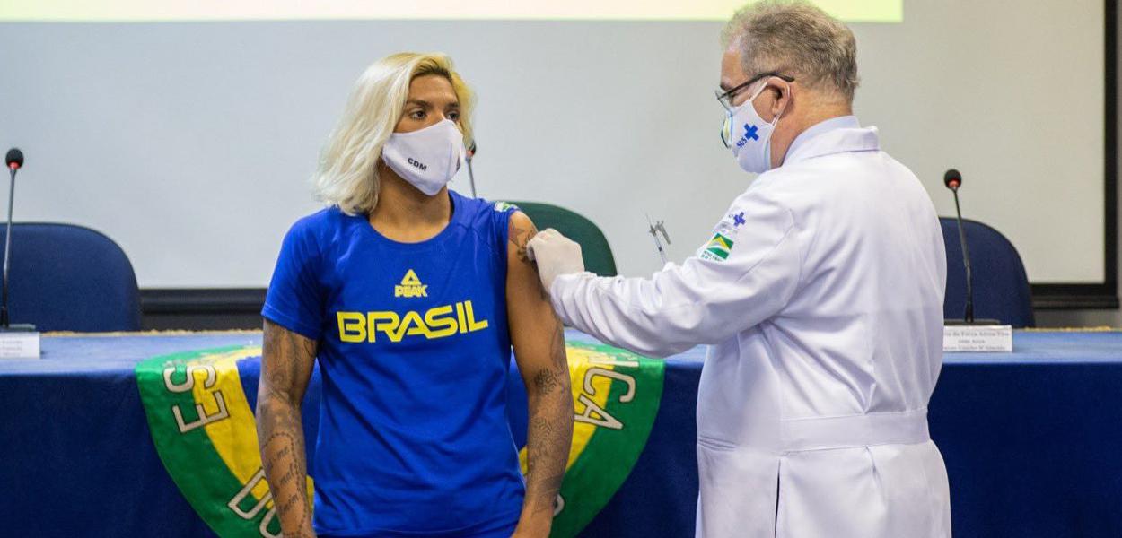 Atleta Ana Marcela é vacinada pelo ministro da Saúde Marcelo Queiroga acinados para Jogos de Tóquio 2020