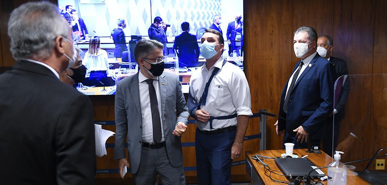 Renan Calheiros (MDB-AL) e Flávio Bolsonaro discutem no Senado