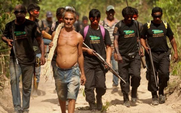 Indígenas defendendo seus territórios
