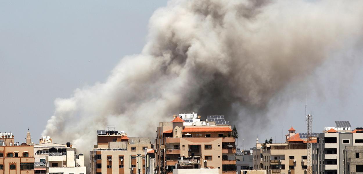 Fumaça sobre a Cidade de Gaza durante ataque aéreo israelense