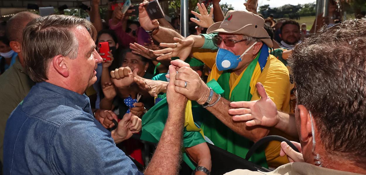 Bolsonaro vai ao Maranhão e, sem máscara, causa aglomeração.