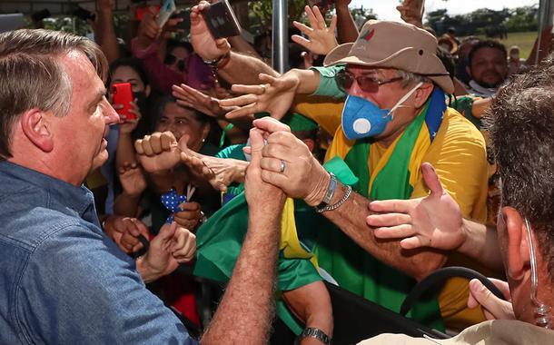 Bolsonaro causa aglomeração durante viagem ao Maranhão