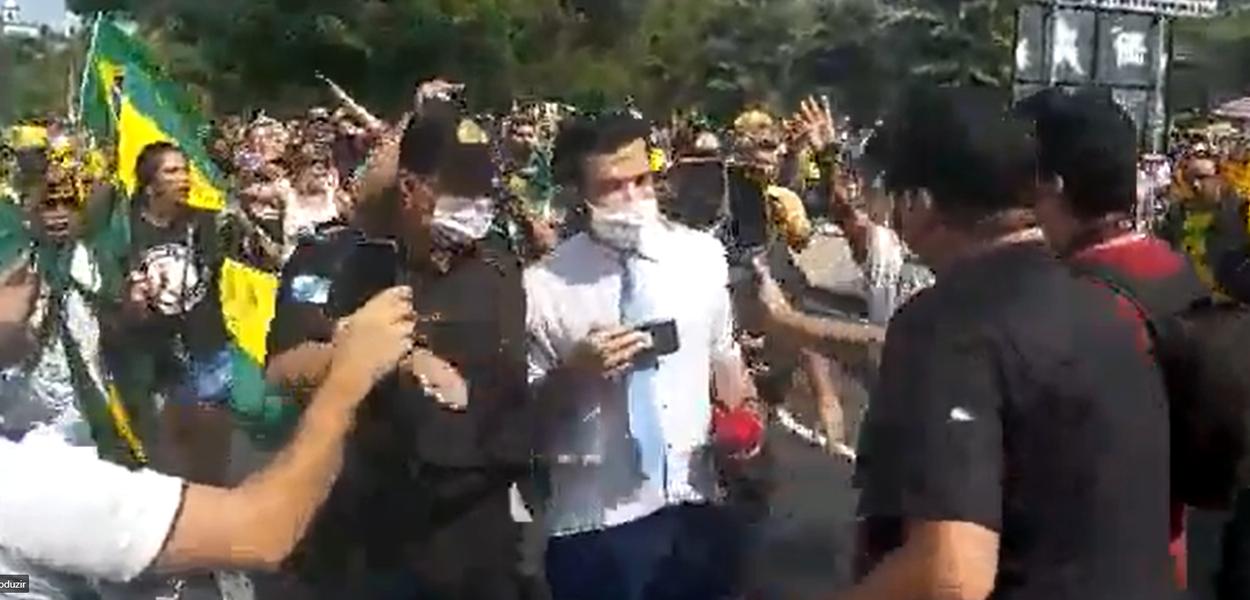 Repórter da CNN é escoltado em ato bolsonarista no RJ