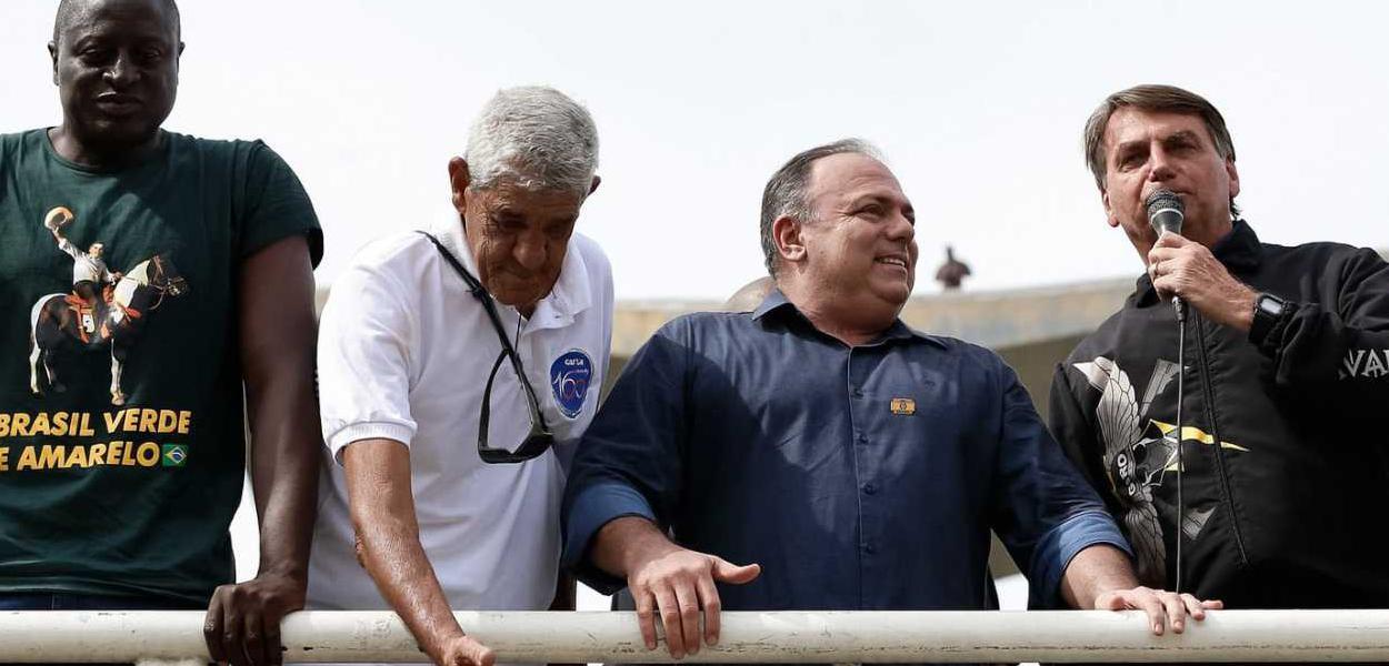 O presidente Jair Bolsonaro e o ex-ministro Eduardo Pazuello durante passeio de moto, que gerou aglomeração na cidade do Rio de Janeiro.