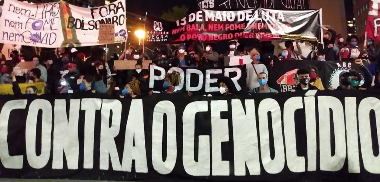 """Com máscaras e distanciamento, movimentos voltam às ruas exigindo """"Fora Bolsonaro"""""""