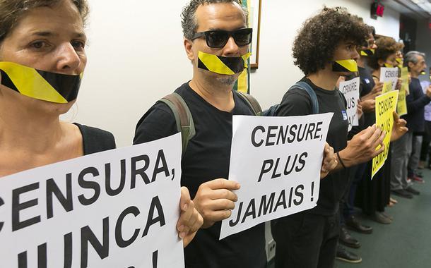 Artistas,sociedade civil e parlamentares durante manifestação na comissão censura nunca mais