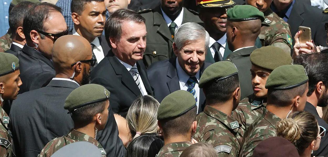 Jair Bolsonaro e militares