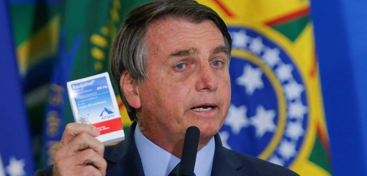 Bolsonaro com uma caixa de cloroquina