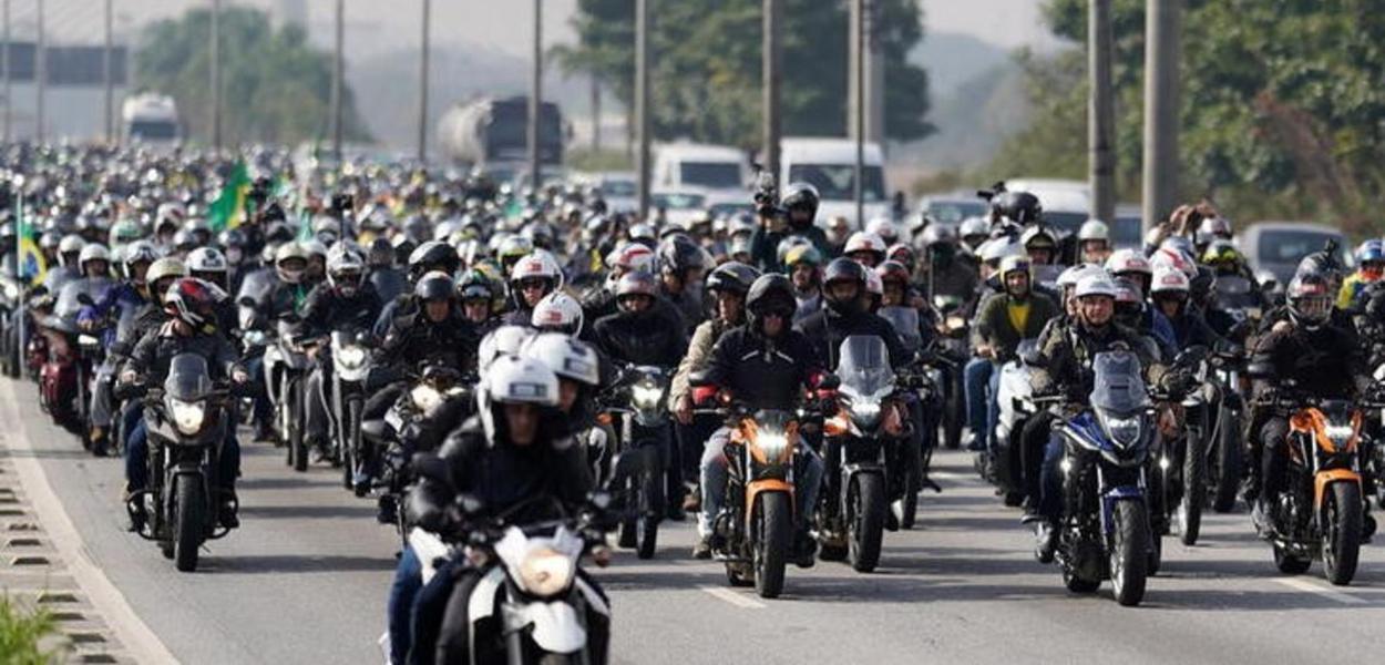 Presidente Jair Bolsonaro lidera manifestação com motocicletas em São Paulo. 12/6/2021. REUTERS/Avener Prado