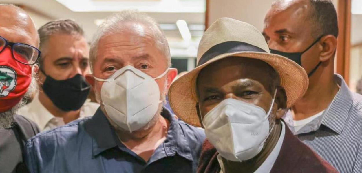 Lula com Antônio Pitanga, organizador do encontro com artistas no Rio