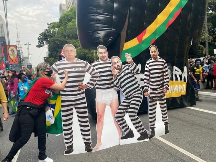 Vai encarar? A familícia com roupas de presidiários (Foto: rede social)