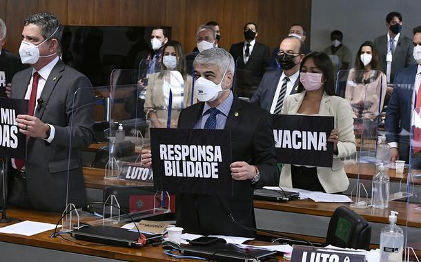 Senadores fazem um minuto de silêncio para homenagear os mais de 500 mil mortos pela Covid-19 no Brasil