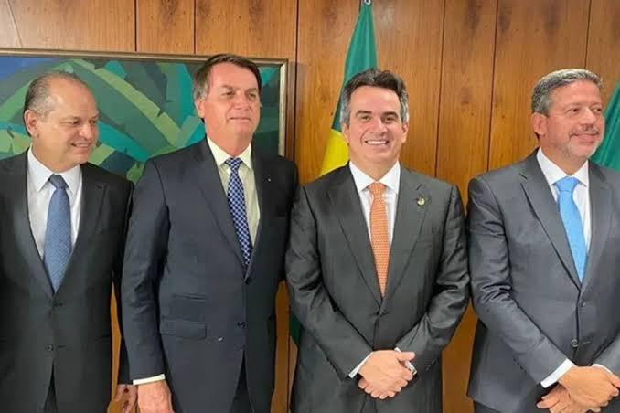 """Bolsonaro com políticos do PP, partido do """"Centrão"""". Da direita para a esquerda: Ricardo Barros, Ciro Nogueira e Arthur Lira"""
