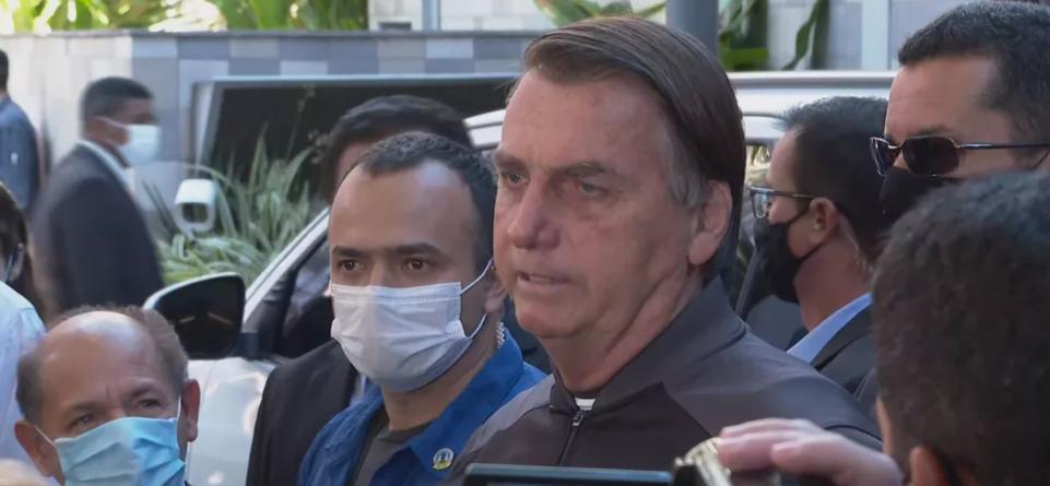 Jair Bolsonaro fala a jornalistas em frente ao Hospital Vila Nova Star