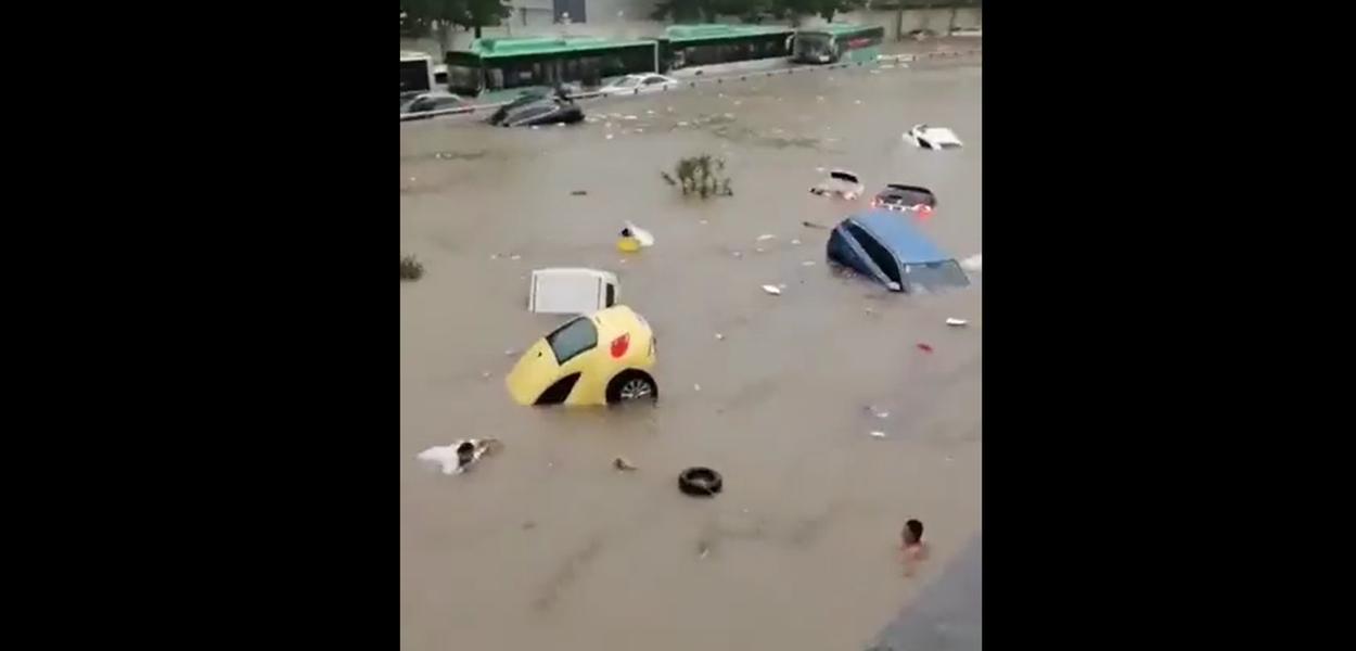 Veículos presos após forte chuva em Zhengzhou, capital da província de Henan, na China, na terça-feira (20)