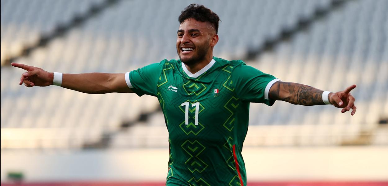 Alexis Vega comemora gol marcado na vitória do México sobre a França no torneio de futebol masculino da Olimpíada de Tóquio