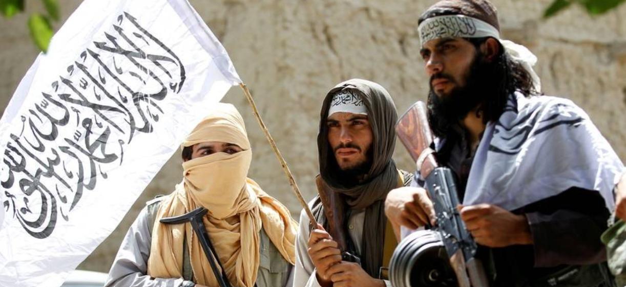 Combatentes do talibã em Ghanikhel, na província afegã de Nangarhar