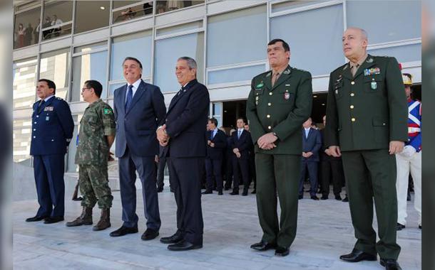 Bolsonaro, ao lado de Braga Netto e comandantes militares durante desfile militar em frente ao Palácio do Planalto