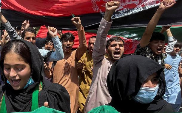 Pessoas carregam bandeira do Afeganistão durante protesto em Cabul 19/08/2021 REUTERS/Stringer