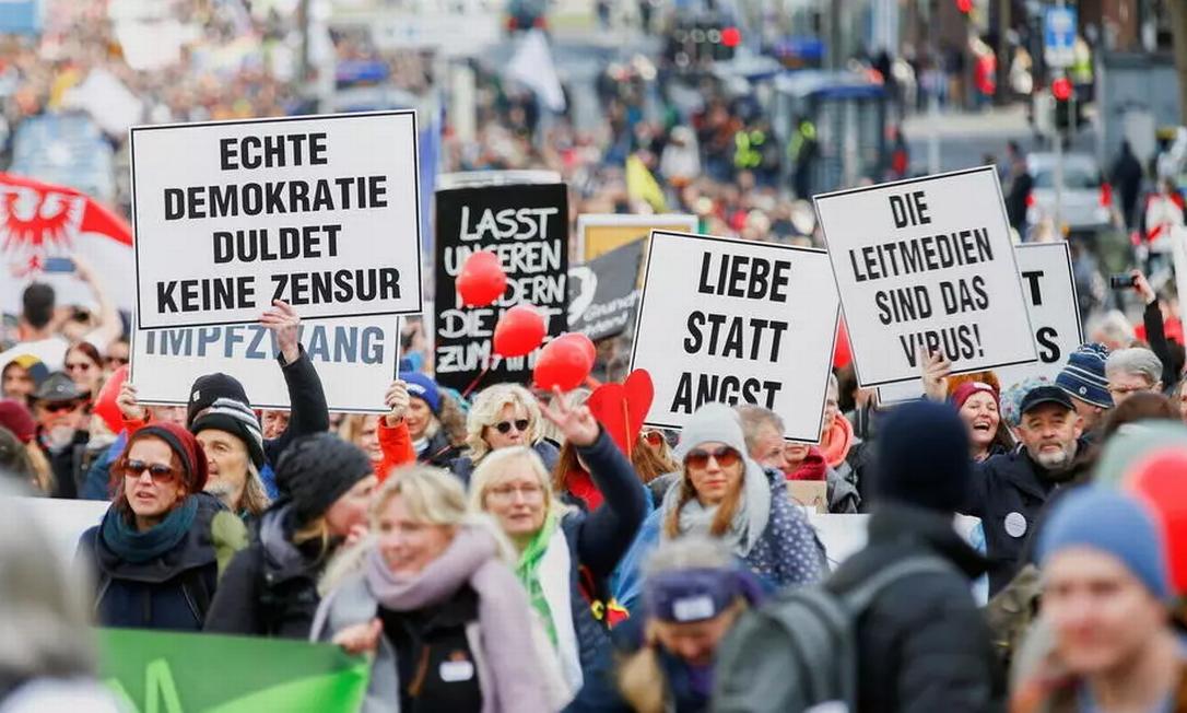 Marcha em Kassel, no centro da Alemanha, contra medidas sanitárias para barrar a Covid-19