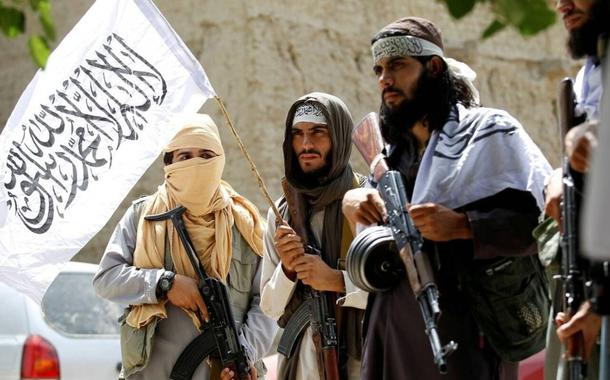 Combatentes do talibã celebram cessar-fogo em Ghanikhel, na província afegã de Nangarhar