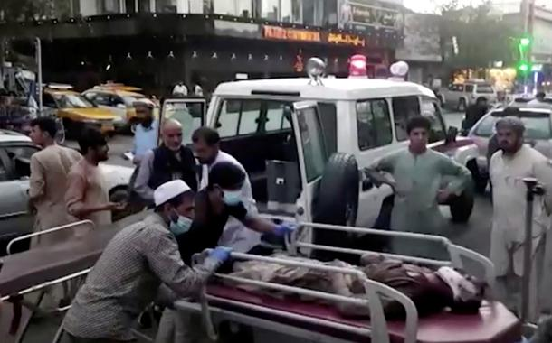 Feridos são levados a hospital após ataque no aeroporto de Cabul. 26/08/2021