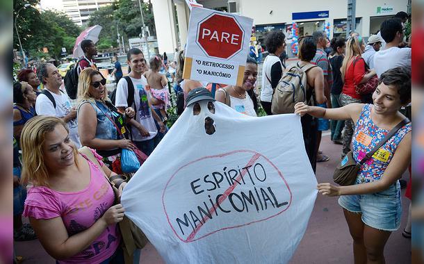 Profissionais da saúde, pacientes e familiares protestam contra a política de saúde mental no Dia Nacional da Luta Antimanicomial.