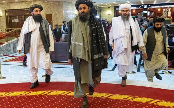 Cofundador e negociador do Talibã, mulá Baradar, e outros membros do grupo na conferência de paz afegã em Moscou, Rússia18/03/2021 Alexander Zemlianichenko/Pool via REUTERS/Arquivos