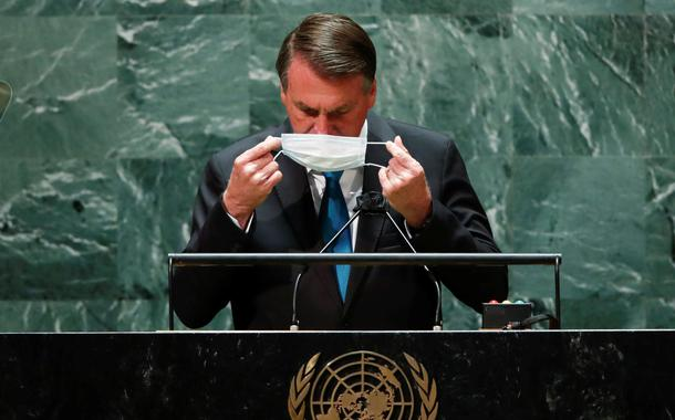 Jair Bolsonaro recoloca a máscara depois de falar na abertura da Assembleia-Geral da ONU
