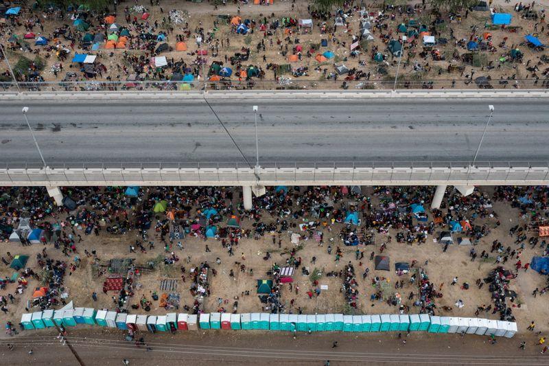 Imigrantes haitianos em acampamento sob ponte do Texas