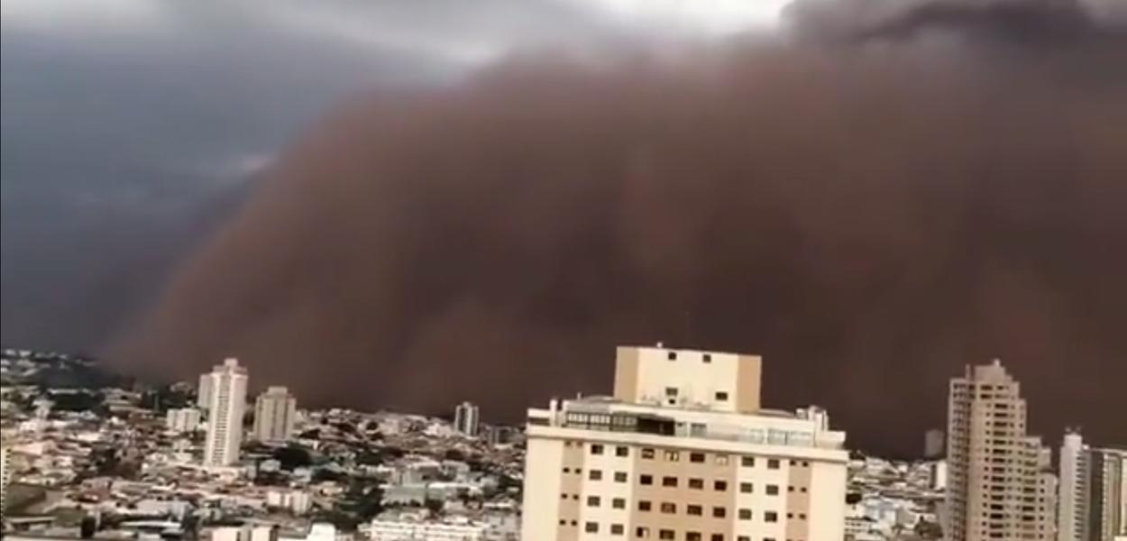 Tempestade de areia em Franca, interior de São Paulo