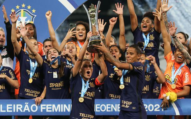 Jogadoras do Corinthians comemoram a conquista do título do Campeonato Brasileiro Feminino após vitória sobre o Palmeiras