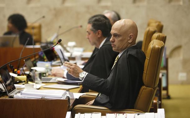 Alexandre de Moraes e, ao fundo, Luís Roberto Barroso