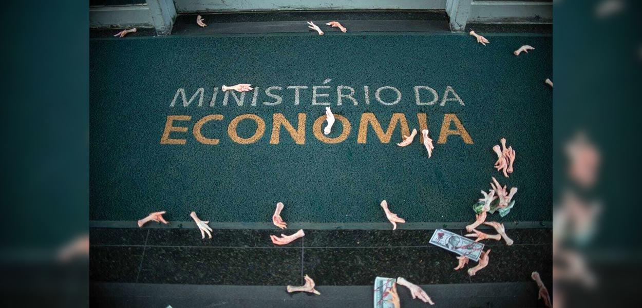 Pés de frango e notas com a face de Paulo Guedes foram jogadas na entrada do Ministério da Economia