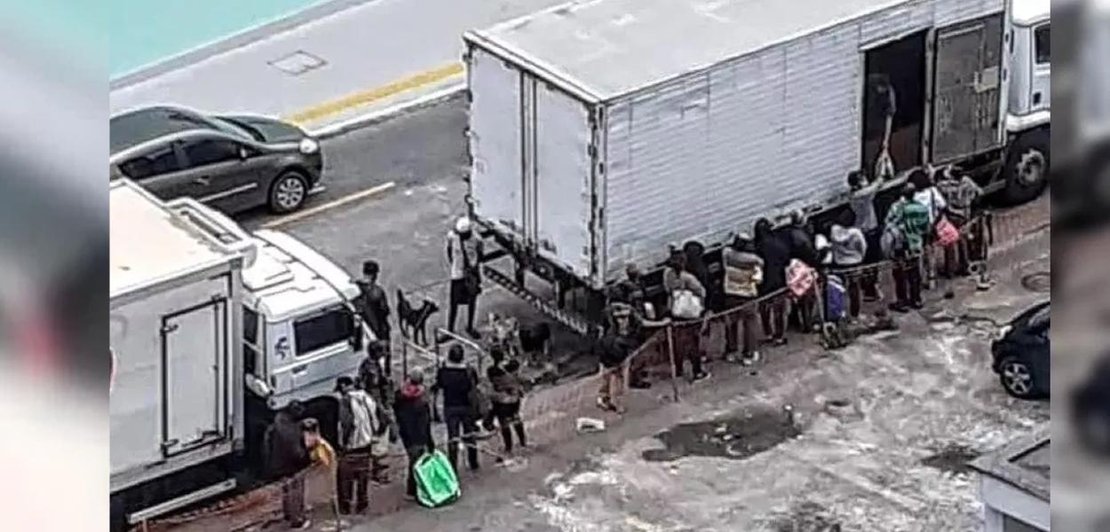 Fila para comprar ossos e restos de carne em Petrópolis (RJ)