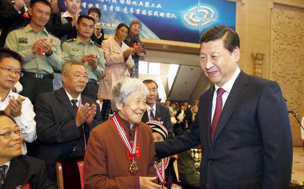 Xi Jinping cumprimenta idoso