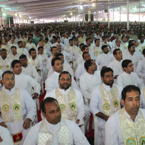 More than 2,000 priests, all wearing vestments bearing pictures of two newly canonized Indian saints, participated in a Nov. 29 Mass of thanksgiving near Sochi, India.
