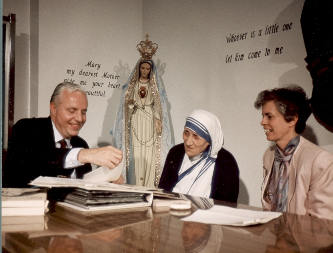Jerry and Gwen Coniker converse with Mother Teresa, who was on the advisory council of their apostolate, Apostolate for Family Consecration. The very first show Coniker taped was an interview with Mother Teresa. AFC programs ran on EWTN and included Mother Angelica (shown at right, below, with Jerry, far left).