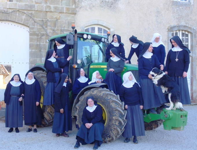 The community is establishing a monastic grange, which will enable the nuns to take care of their whole production chain, using the resources of their 112 acre-property: from fruit trees to cows and outdoor-reared pigs.
