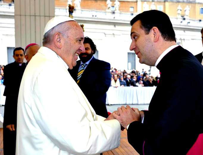 Bishop Steven Lopes greets Pope Francis in 2015