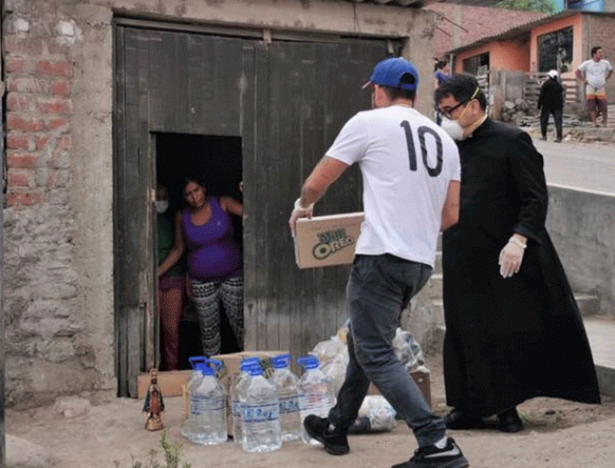 Fr. Omar Sánchez Portillo distributes food in Lima's Lurin district.