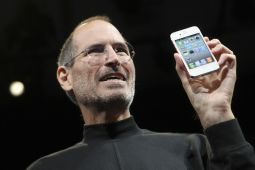 Apple CEO Steve Jobs poses with the new iPhone 4 during the Apple Worldwide Developers Conference in San Francisco June 7.